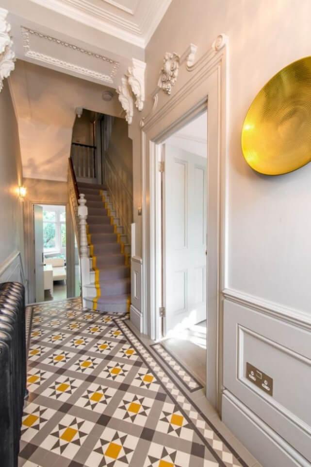 Дизайнерское решение плитки в коридоре