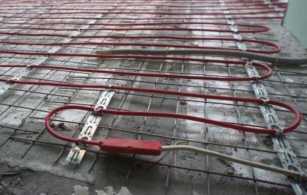 Смонтированный прогревающий провод перед заливкой стяжки