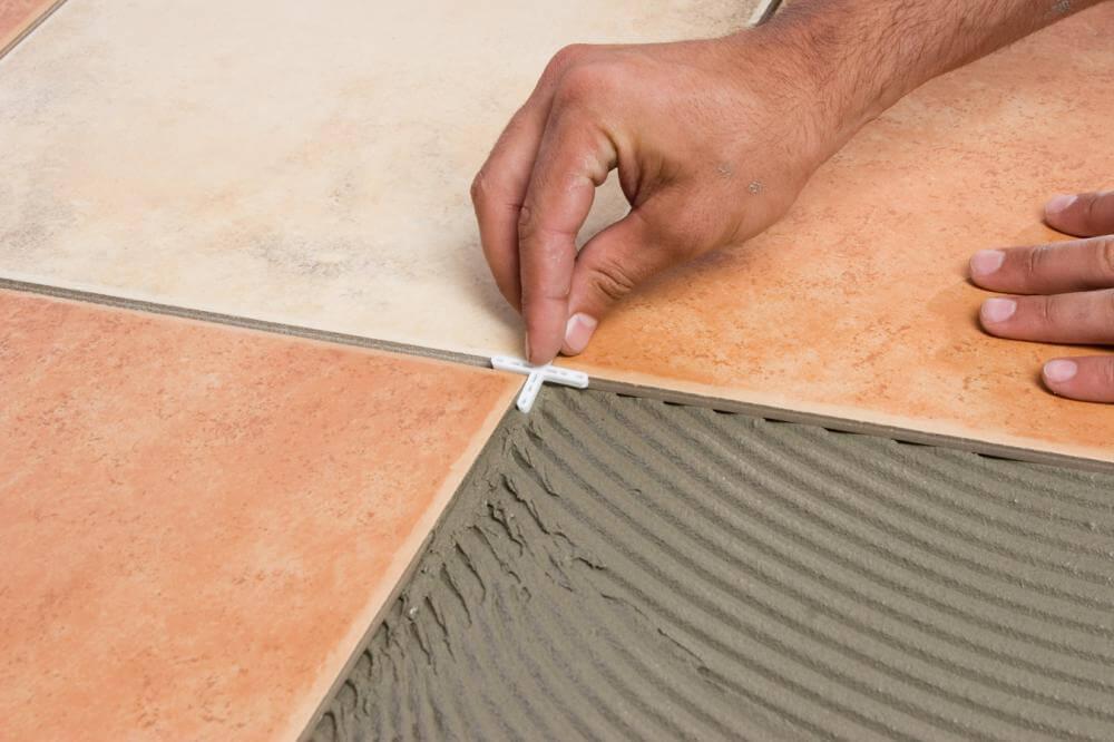 Используем крестики при укладки напольной плитки на кухне