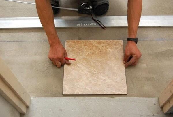 Первая плитка ложится строго по центру дверного проема