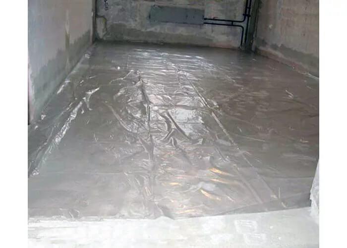 Уложенная пленка на бетонный пол