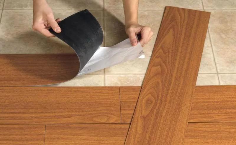 Отделение защитного слоя с клеящей поверхности с кварц виниловой плитки для пола