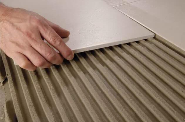 Монтаж плитки на нанесенный клей