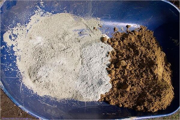 Цемент и песок в таре перед перемешиванием