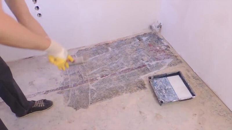 Процесс грунтования бетонного основания