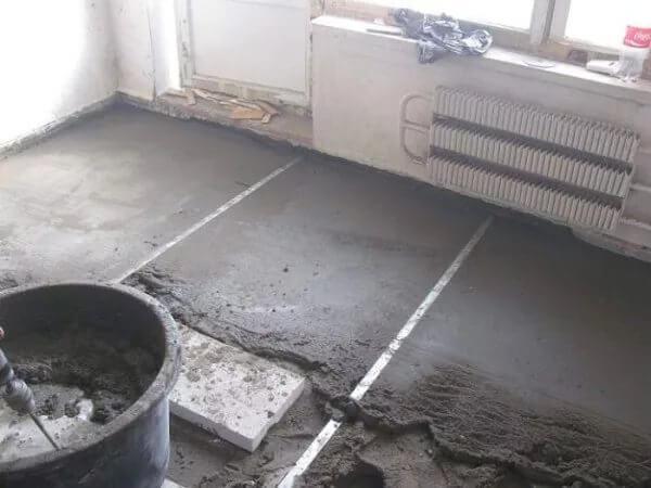 Выравнивание бетонного основания стяжкой