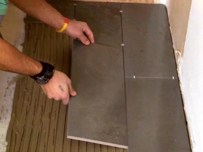 Укладка от стены наиболее проста